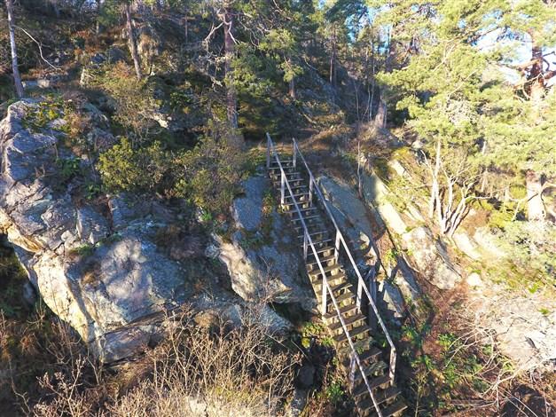 Utsiktsplatsen samt trappan till utsiktsplatsen.