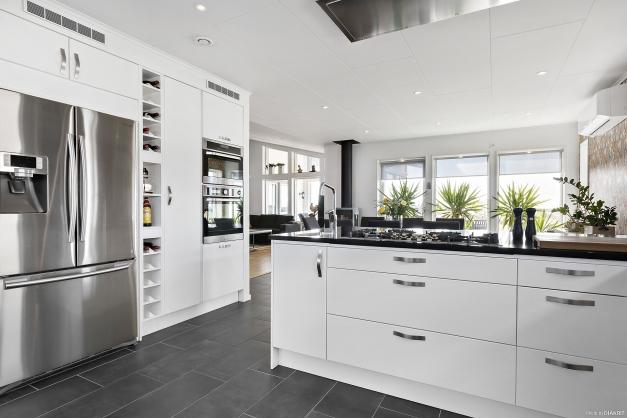 Öppen planlösning mellan kök, matrum och vardagsrum