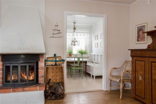"""Vardagsrummet ligger intill köket - Kaminen """"Dovre"""" installerades 2010"""