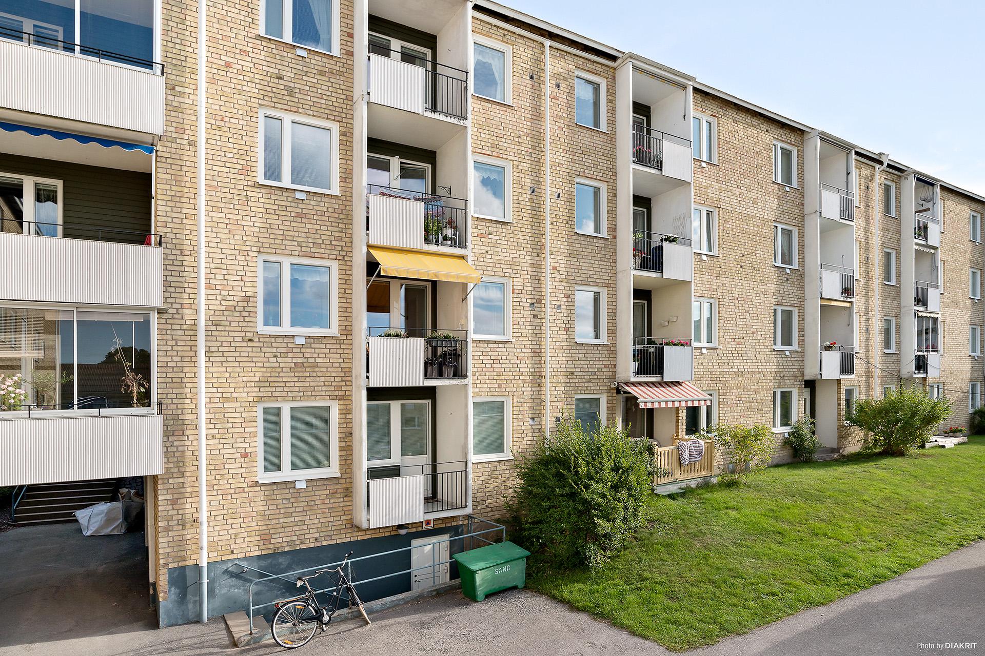 Balkongsidan där balkong som hör till bostaden har den gula markisen.