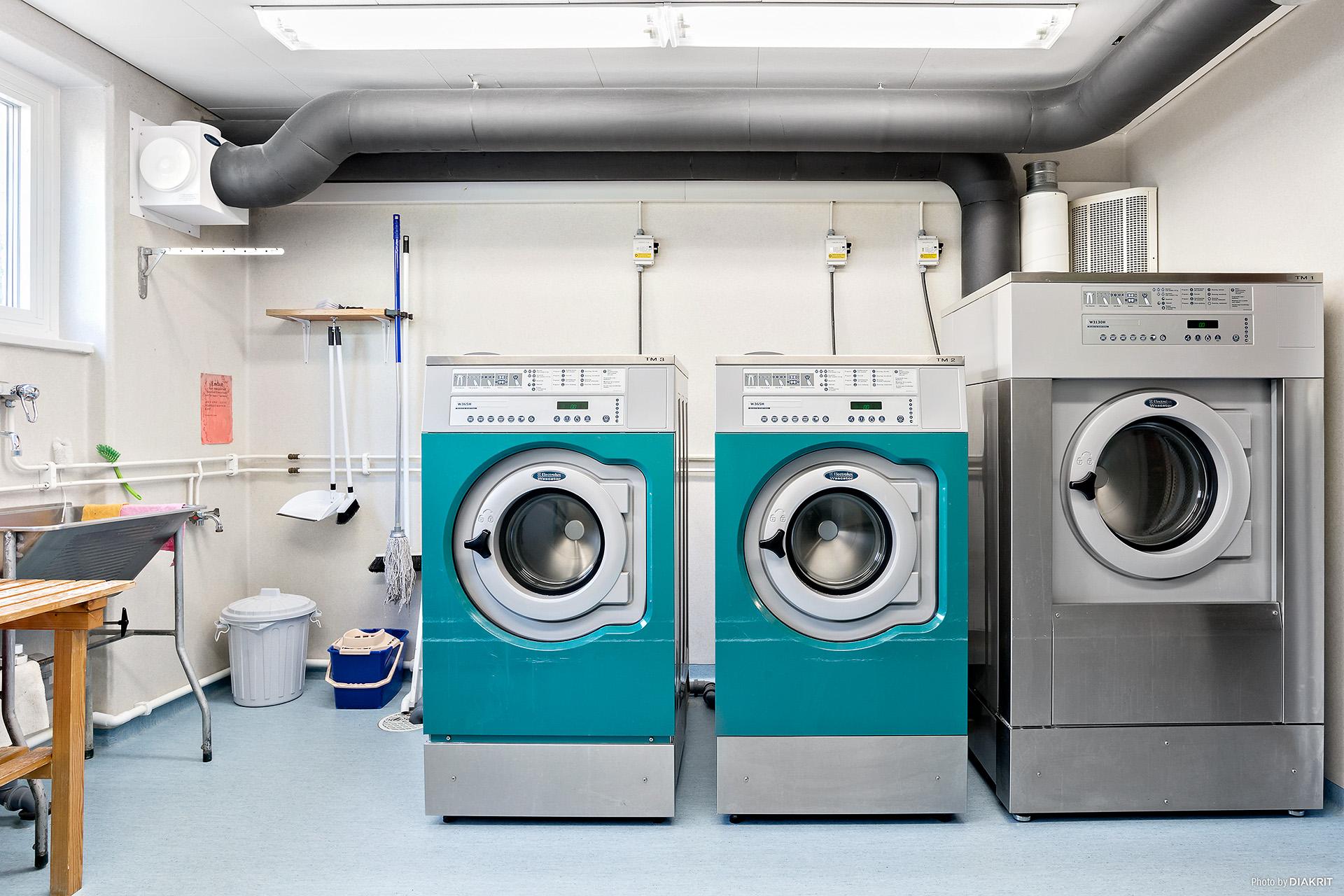 Två tvättstugor finns i källarplan i samma hus