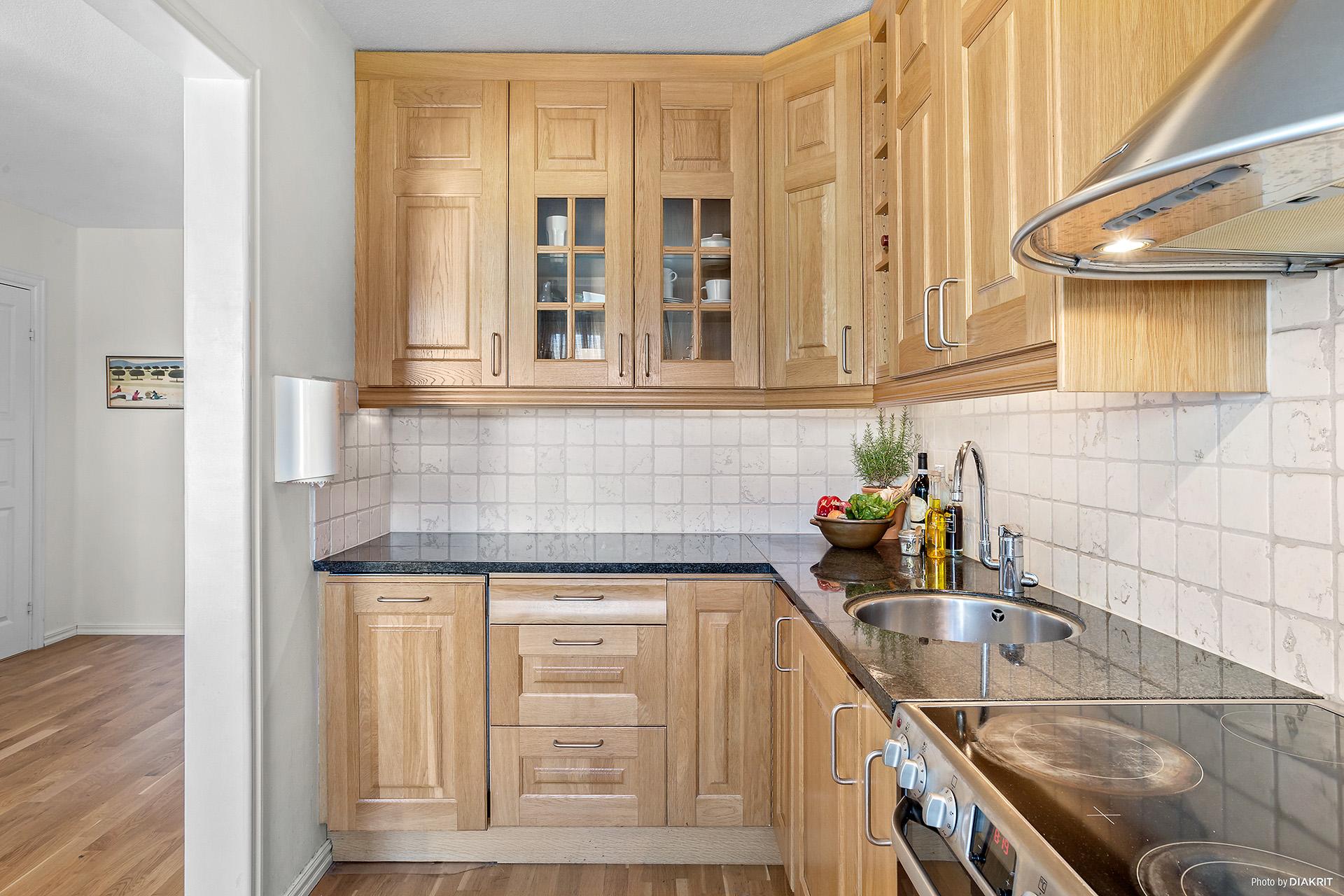 Stiligt kök med arbetsbänk i granit