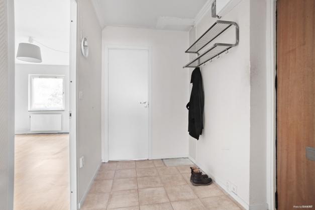 Hall med klinkergolv och plats för garderob