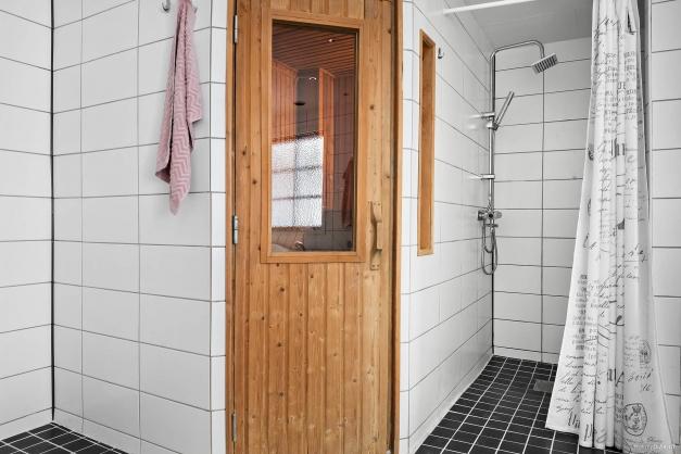 Badrummet inrymmer förutom stort bubbelbadkar även bastu och dusch.