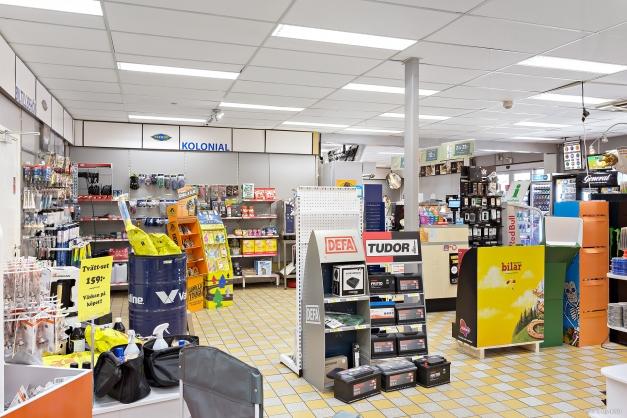 Butiksbild, visar del av butiken med tillbehör och reservdelar.