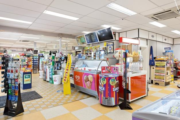Butiksbild, visar bland annat kassan och övrig försäljning.