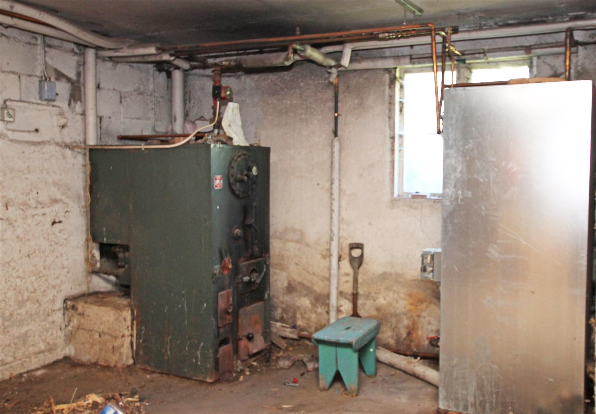 Pannrum med vedpanna och ackumulatortank