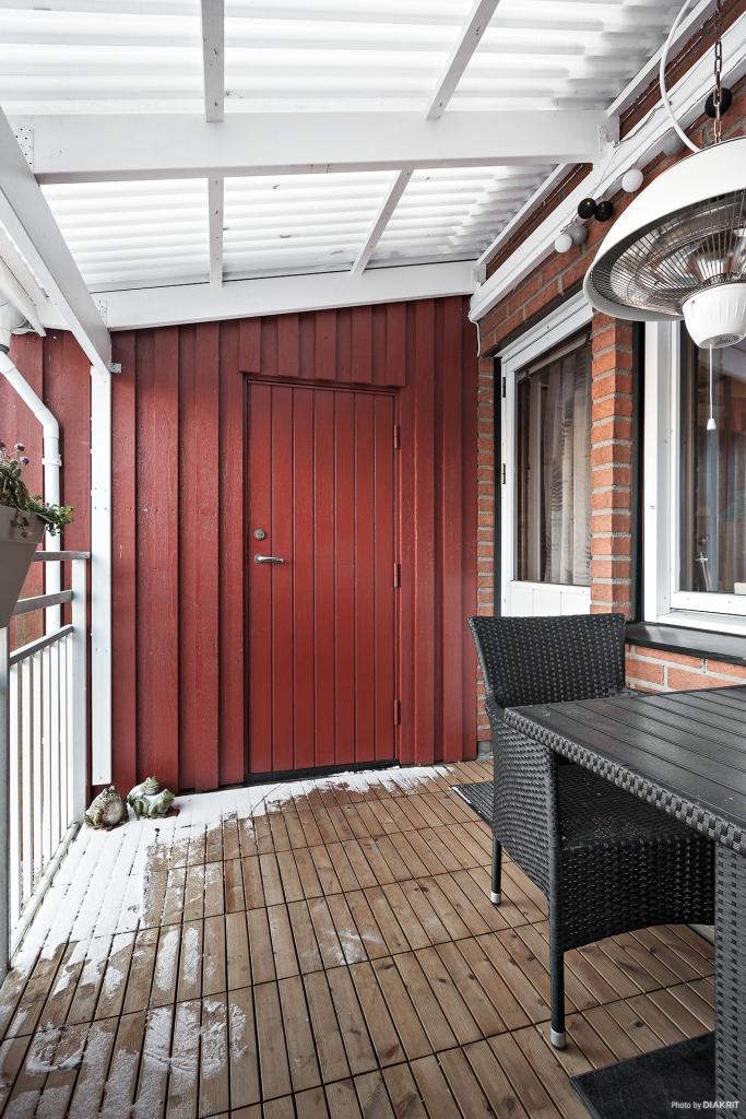 Överbyggd balkong med tillgång till förråd