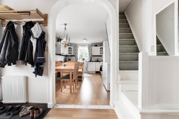 Hall på övervåningen och ingång till kök samt trappa till vind