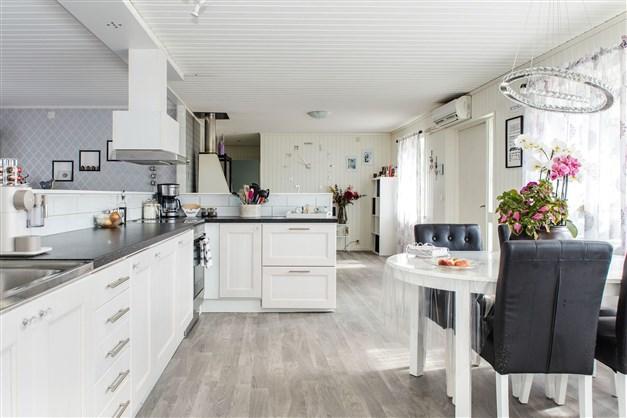 Hall med kök och vardagsrum med öppen planlösning