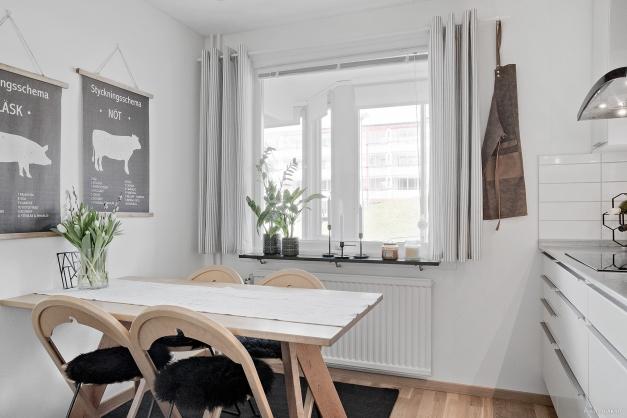 Plats för matbord vid fönstret som ger ett behagligt ljusinsläpp.