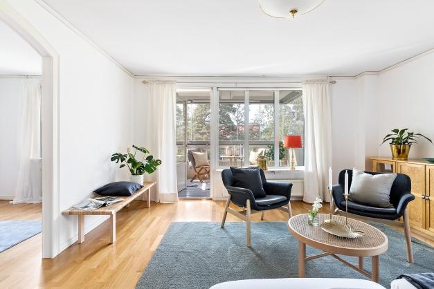 Vardagsrum med anslutning till matrum och inglasad balkong