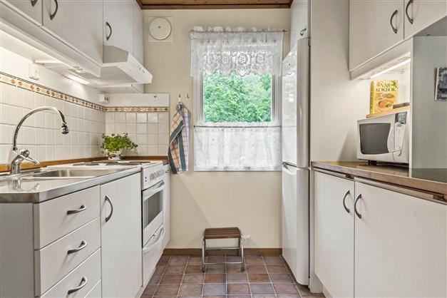 Renoverat kök med vit skåpinredning