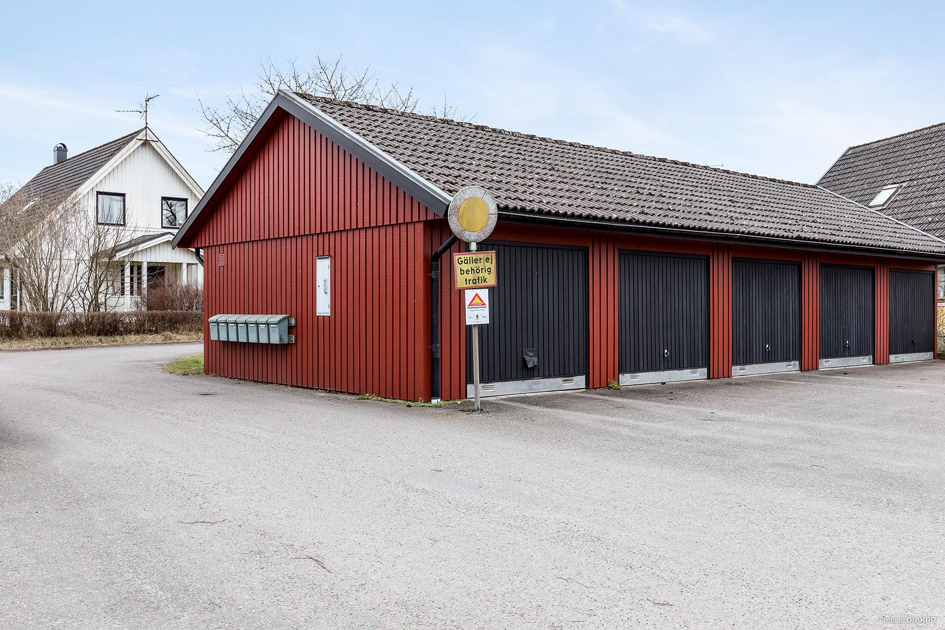 Garageplats i länga belägen nära huset