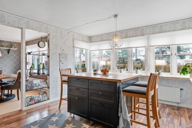 Kök med öppen planlösning mot vardagsrum.