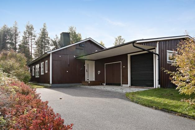 1-plans villa på Forsdala med stort vidbyggt isolerat dubbelgarage