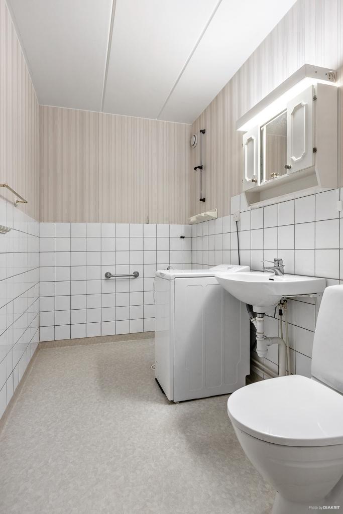 Toalett/dusch med toppmatad tvättmaskin
