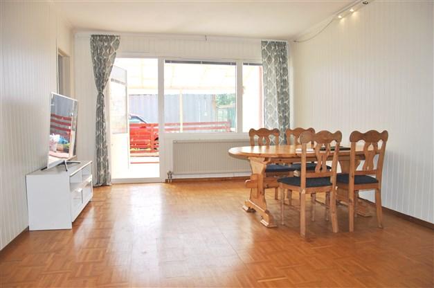 Vardagsrum med parkettgolv i original