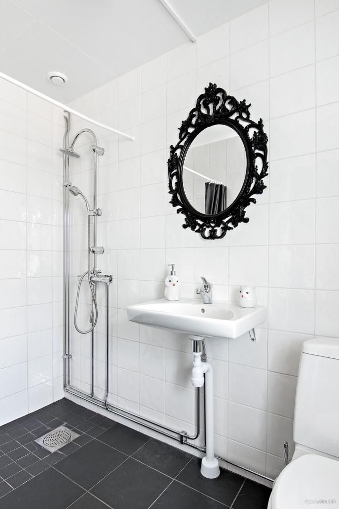 Toalett med dusch som nås från hallen