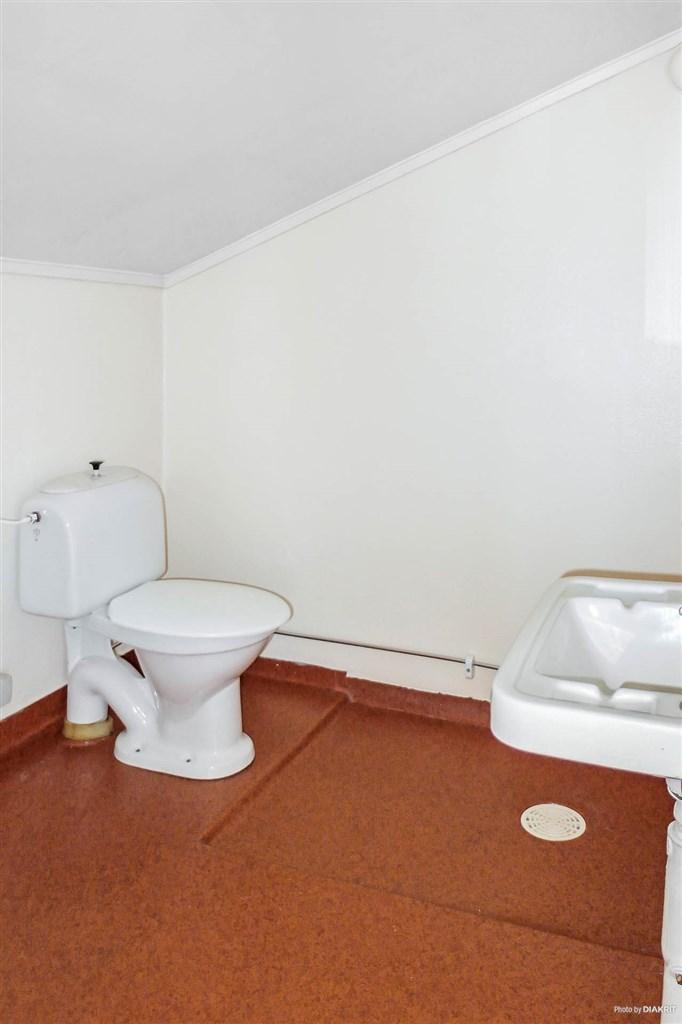 Toalett med dusch på övervåningen.