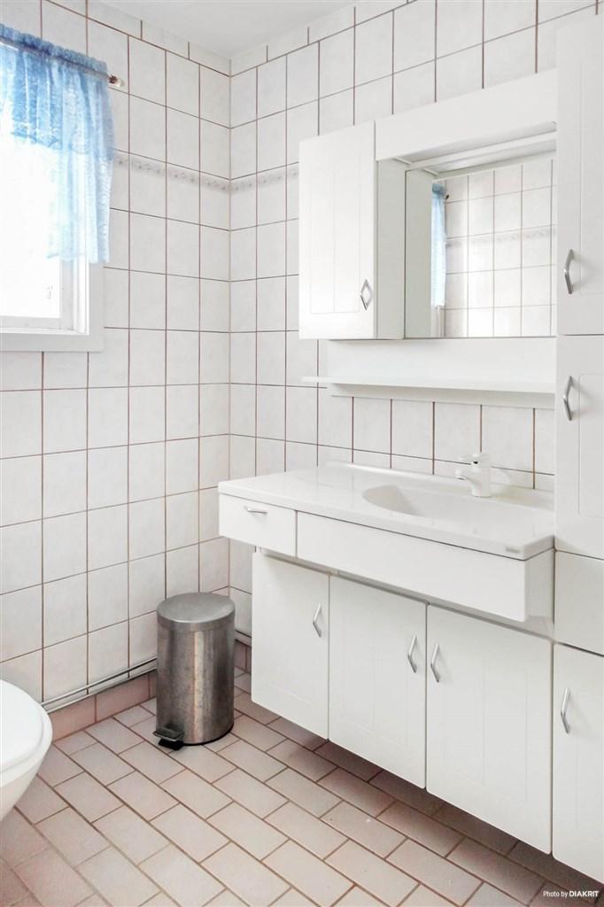 Renoverat badrum -96 med kakel och klinkergolv på entréplan.