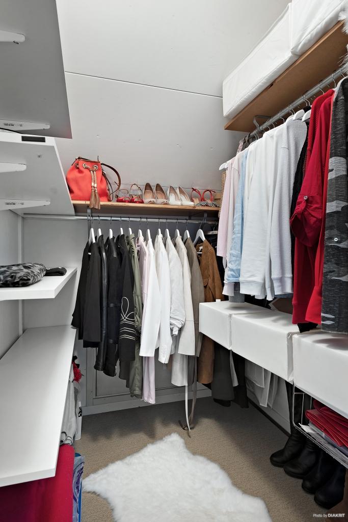 Walk-in-closet invid master bedroom