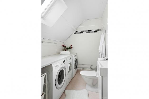 Badrum med tvättmaskin - övre plan