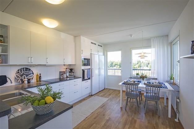 Kök med matplats och utgång till balkong i visningslägenheten Terrilörsgatan 3