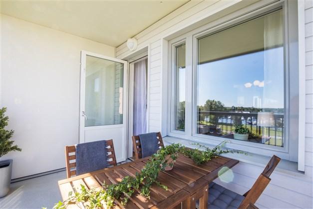 Rymlig balkong i visningslägenheten Terrilörsgatan 3