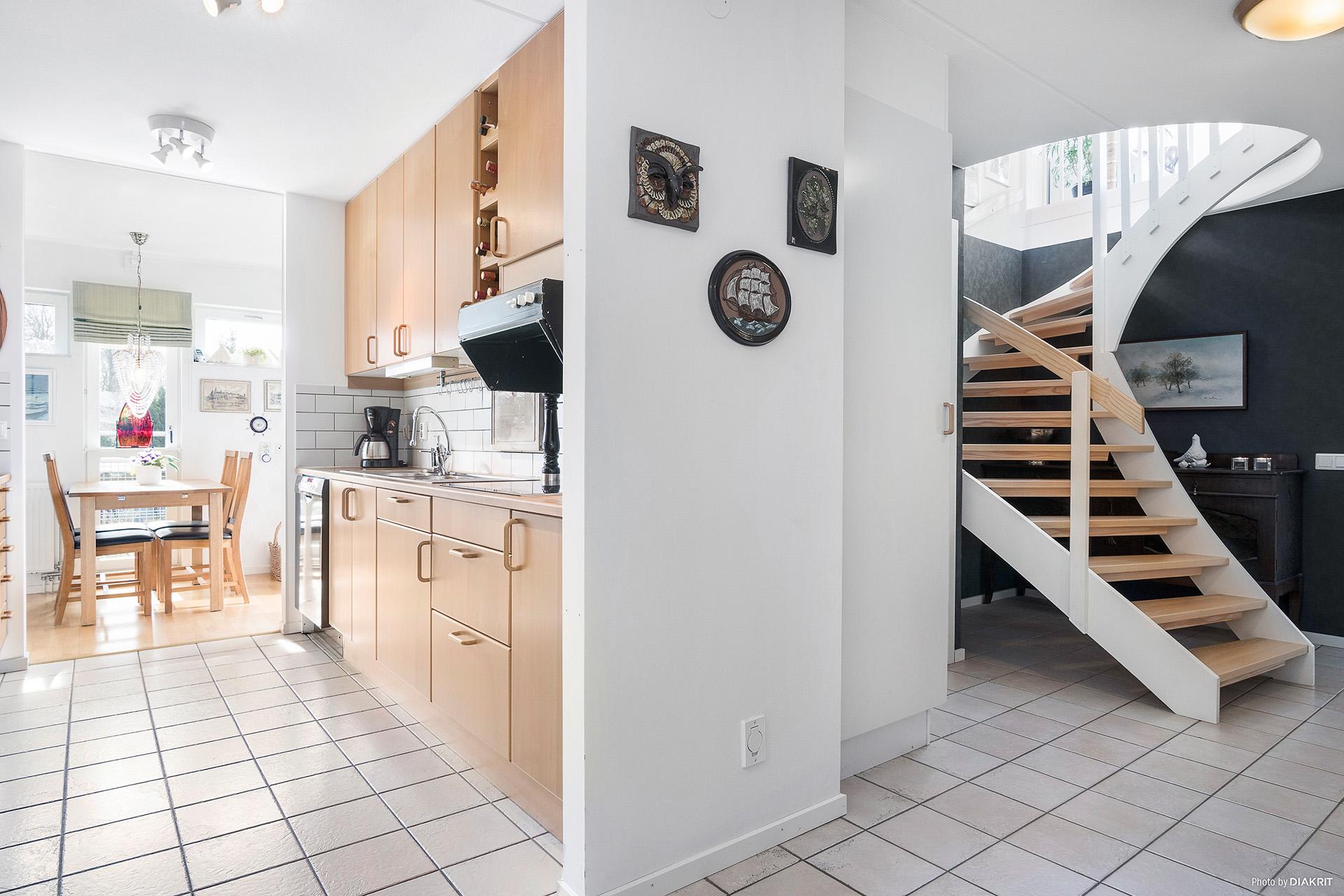 Entré mot kök och trappa till ovanvåning