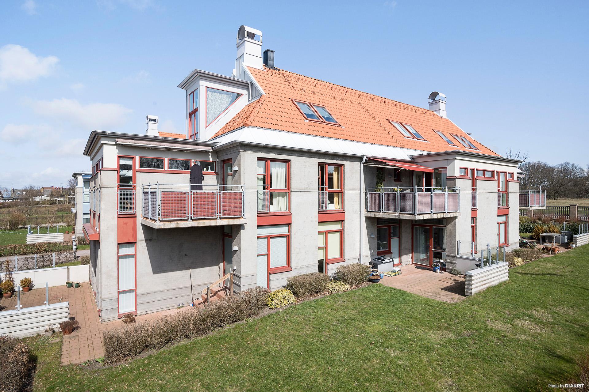 Fasad balkongsida (balkongen i mitten tillhör den aktuella bostadsrätten)