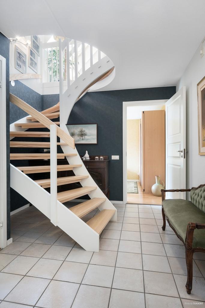 Trappa till ovanvåning och ingång till sovrum