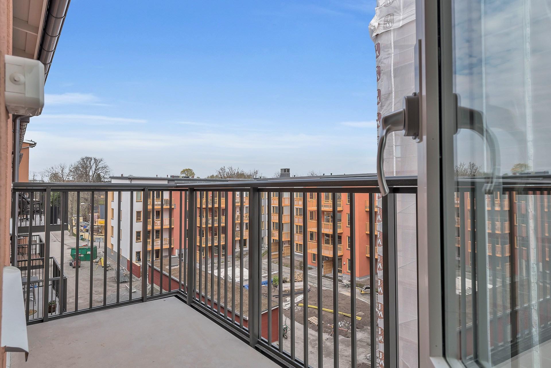 Bilder från visningslägenheten på Trädgårdsgatan 3 A, balkong från vardagsrummet