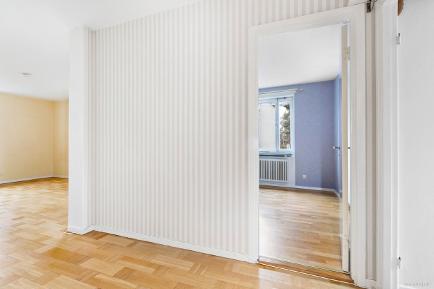 Hall mot vardagsrum samt sovrum två