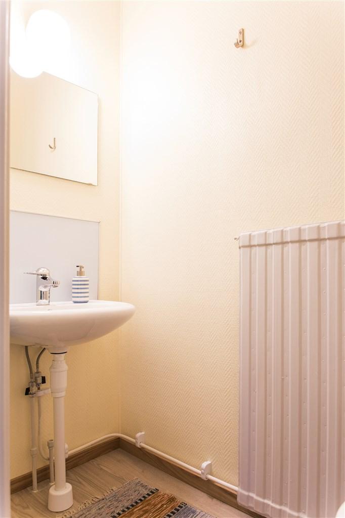 Toalett i anslutning till hallen
