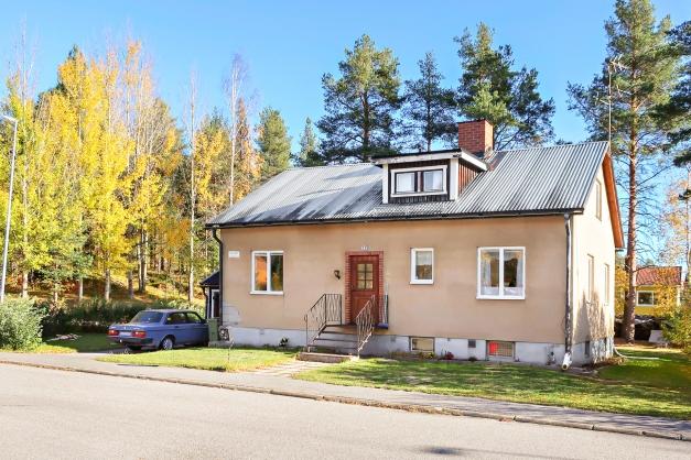 Rymlig 1 ½ plans villa med källare