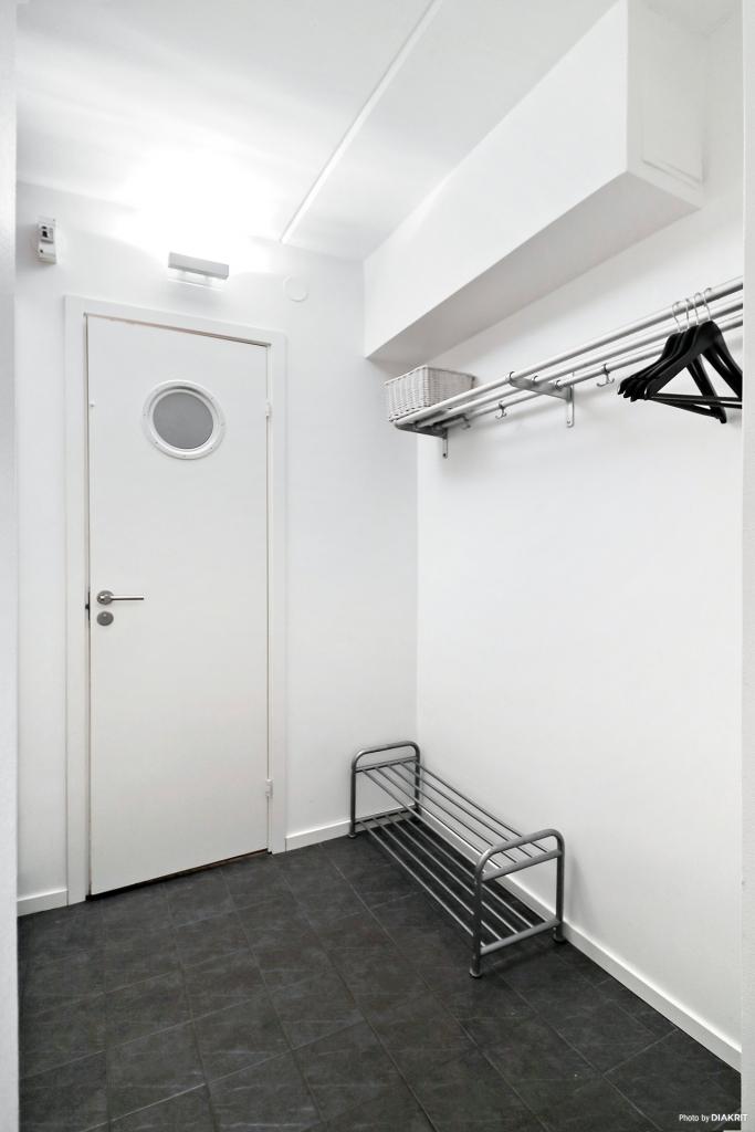 Halldelen med förvaring och dörren in till badrummet.
