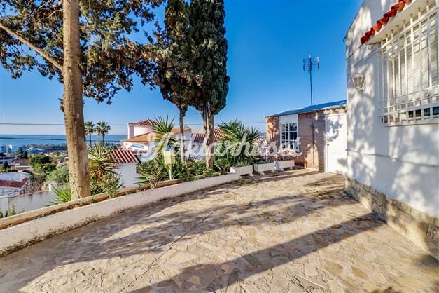 Villan är uppdelad i 10 lägenheter, varav flera vetter mot havet