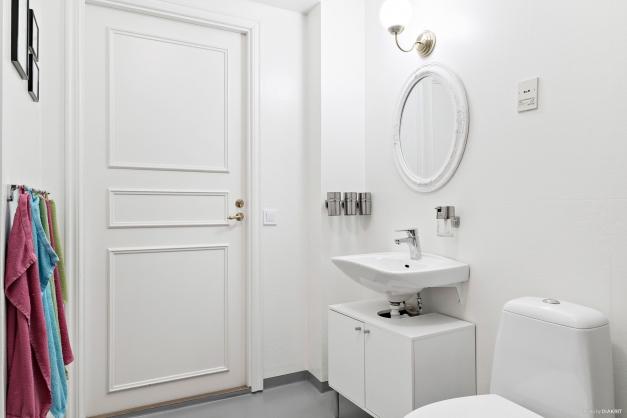 Badrum med handfat och wc.