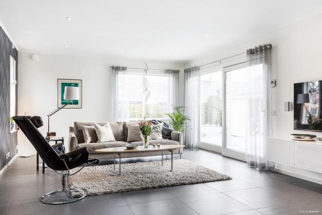 Ljust och stort vardagsrum med golvvärme