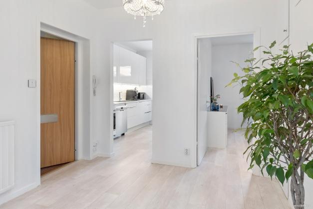 Entré, kök och sovrum sett från vardagsrum