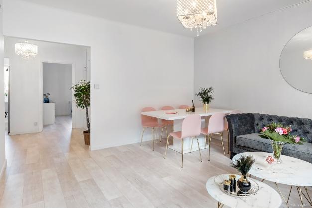 Vardagsrum mot hall, sovrum och kök