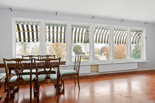 De stora fönsterpartierna ger fint ljusinsläpp i vardagsrummet