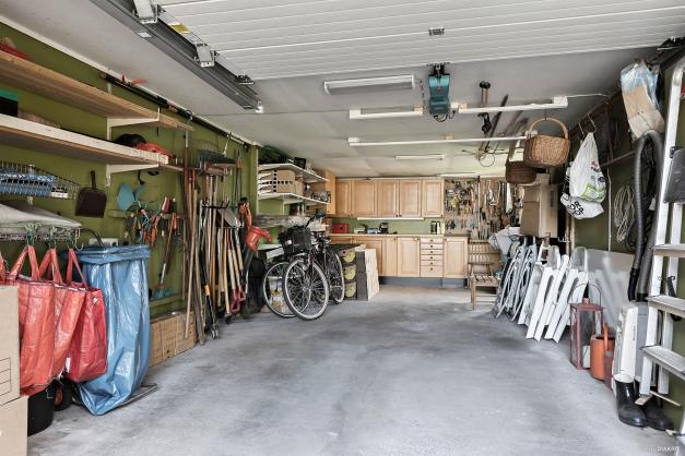 Praktiskt garage med motordriven port