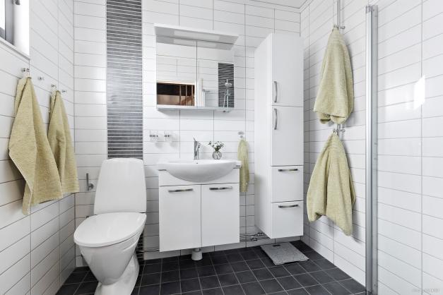 Stilig, helkaklad toalett/dusch med golvvärme