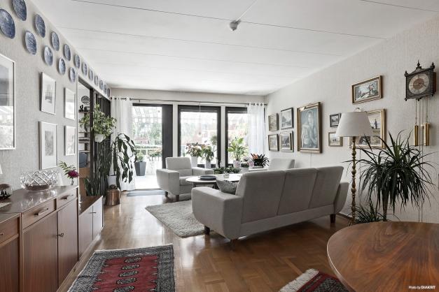 Trevligt vardagsrum som skärmas av från kök med spalje
