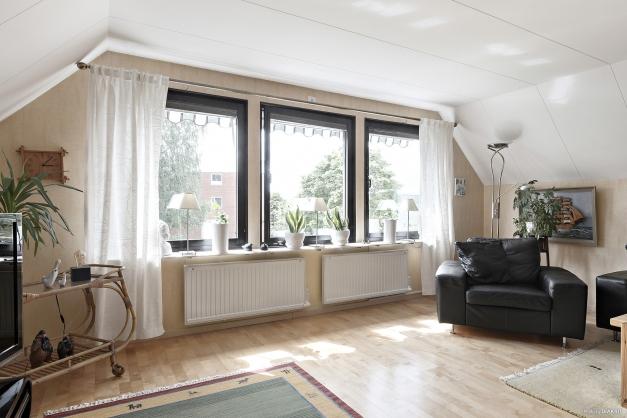 Sällskapsrum i ovanplan med utsikt mot Mösseberg