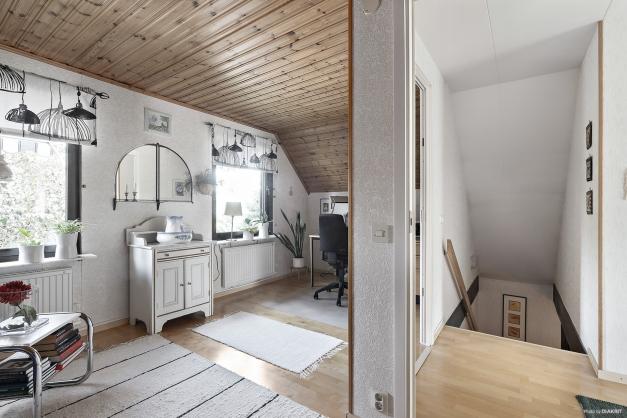 Sovrummet/kontoret i ovanplan utgjordes tidigare av två sovrum