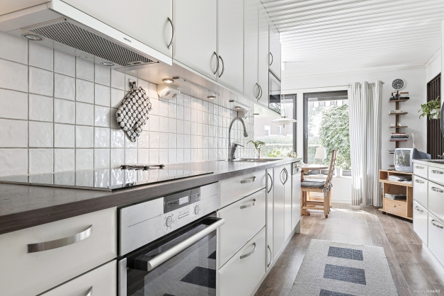 Köket från 2011 har bra arbetsytor och gott om förvaring