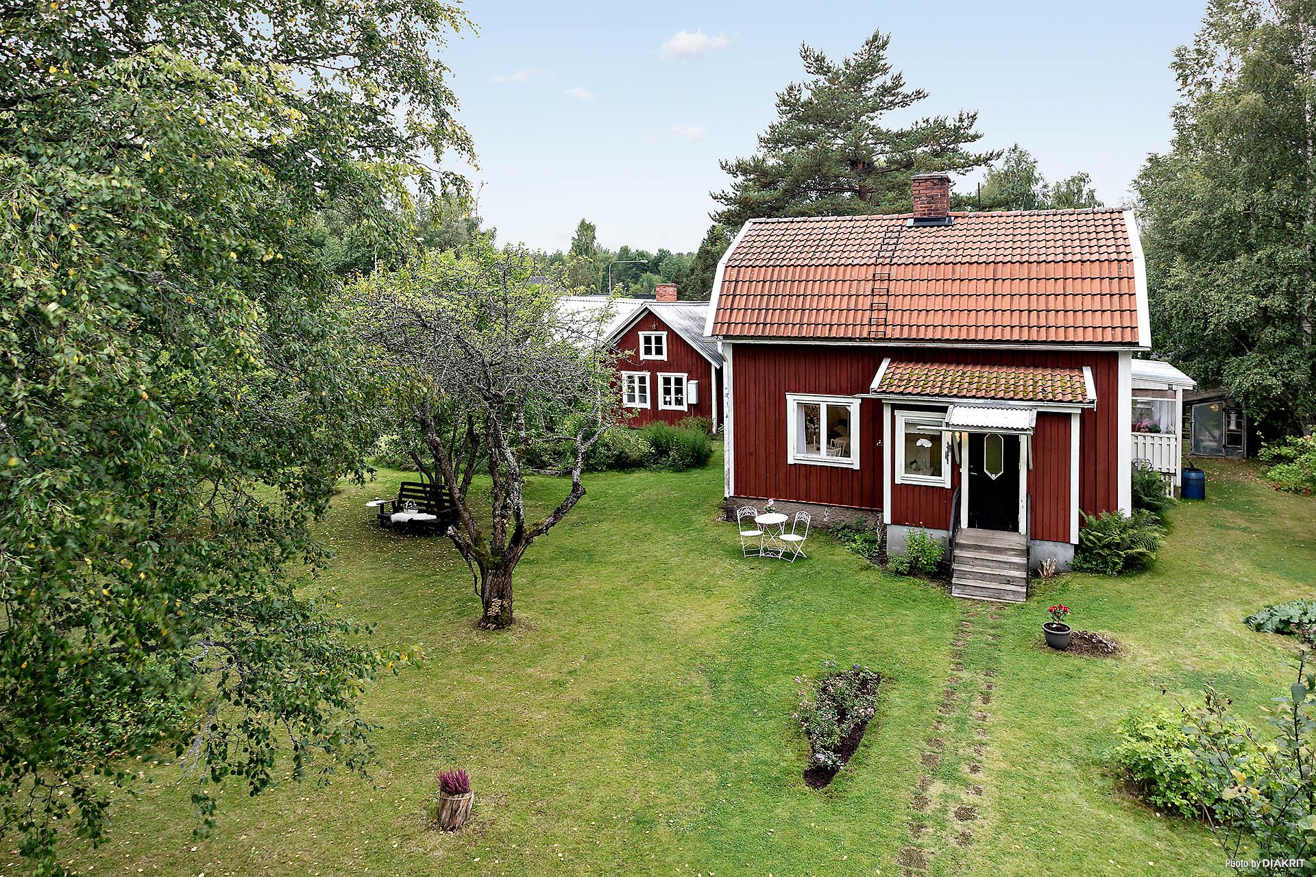 Välkommen till Solberga! Charmig fastighet medprunkande grönska som omgärdar gäststuganoch boningshuset